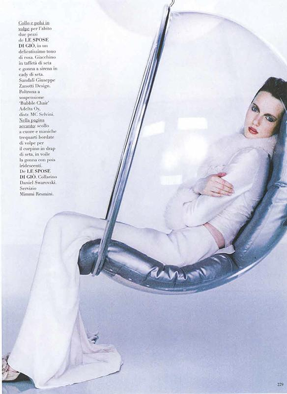 Vogue 2001-A Modell is sitting in the fiberglass hanging chair - Bubble Chair