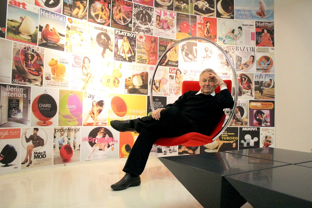 eero aarnio in his bubble chair