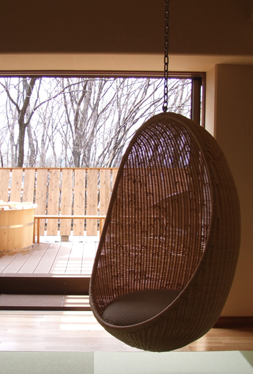 rattan-swing-egg-chair-icons-nanna-ditzel-loft-apartment