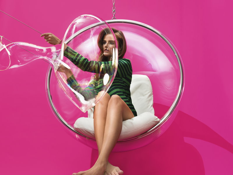 Eero_Aarnio_Original_Bubble-Chair_Girl_and_Bubble