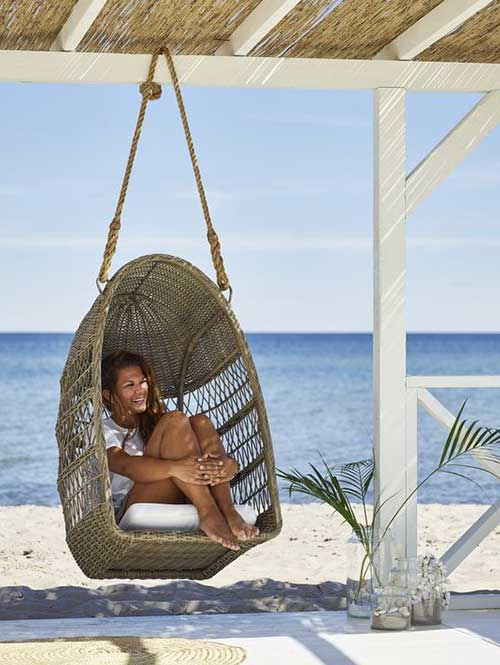 Outdoor-Single-Egg-Swing-Basket-Chair-on-the-Beach
